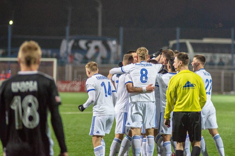 MINSK VITRYSSLAND - MARS 31, 2018: Fotbollspelare firar mål under den vitryska premier leaguefotbollsmatchen royaltyfria foton