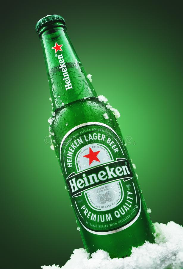 MINSK VITRYSSLAND - MARS 26, 2019: Kall flaska av Heineken Lager Beer med is över grön bakgrund Heineken är royaltyfria foton