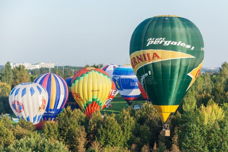 Minsk, Vitryssland 13-September-2014: baloonflyg för varm luft på arkivfoton