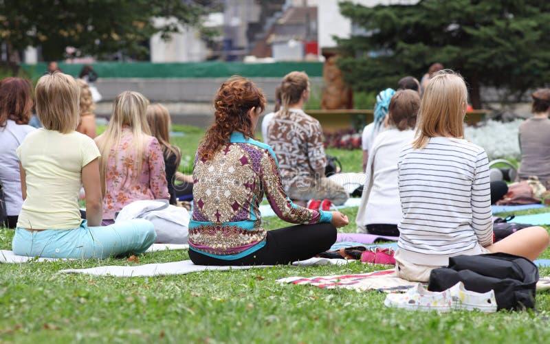Minsk, Weißrussland - 16. August 2014: Übendes Yoga der Leute im Park lizenzfreies stockbild