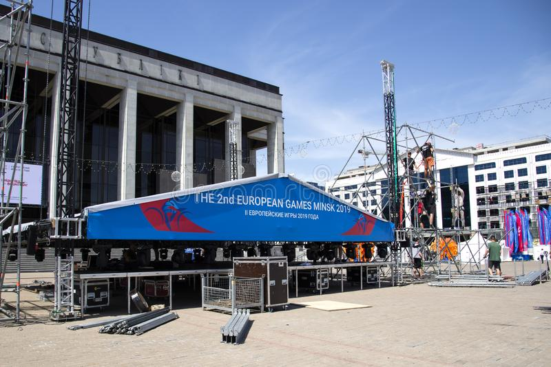 Minsk, Weißrussland, am 15. Juni 2019 2 europäische Spiele Arbeitskräfte bereiten das Stadium auf dem Quadrat für die Leistungen  lizenzfreies stockbild
