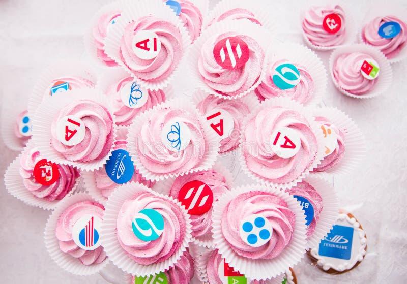 Minsk, Weißrussland - 7. Juni 2018 Süßigkeiten mit Namen von Banken und von Unternehmen stockfotografie