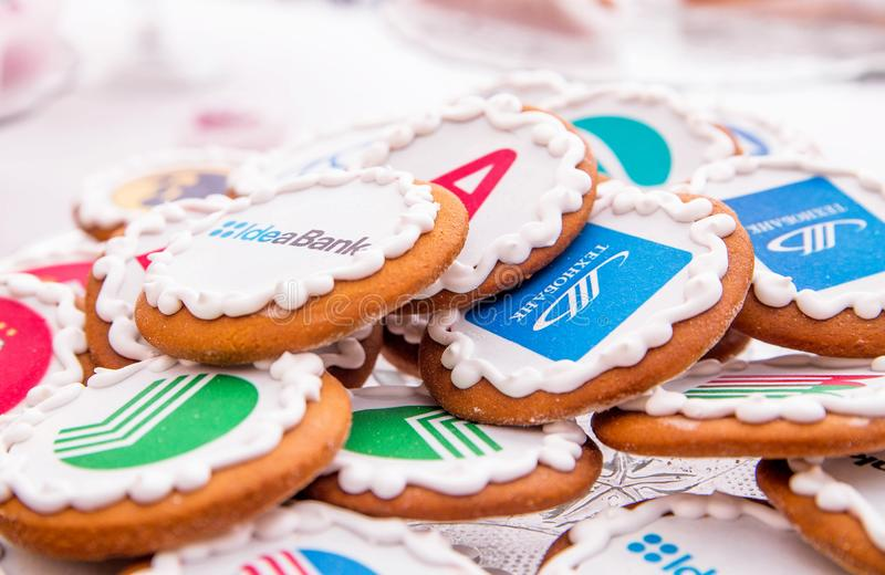 Minsk, Weißrussland - 7. Juni 2018 Süßigkeiten mit Namen von Banken und von Unternehmen lizenzfreie stockfotografie