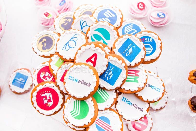 Minsk, Weißrussland - 7. Juni 2018 Süßigkeiten mit Namen von Banken und von Unternehmen stockbilder