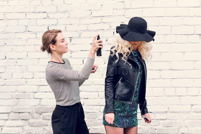 Minsk, Wei?russland - 30. Januar 2019 Stilist richtet Haarmodell auf der Straße gerade stockfoto