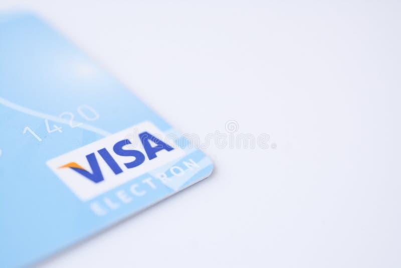 MINSK, WEISSRUSSLAND - 22. Februar 2017 Visa-Karte auf Weiß copyspace, Finanzlohn und Kaufzusammenfassung lizenzfreie stockfotos