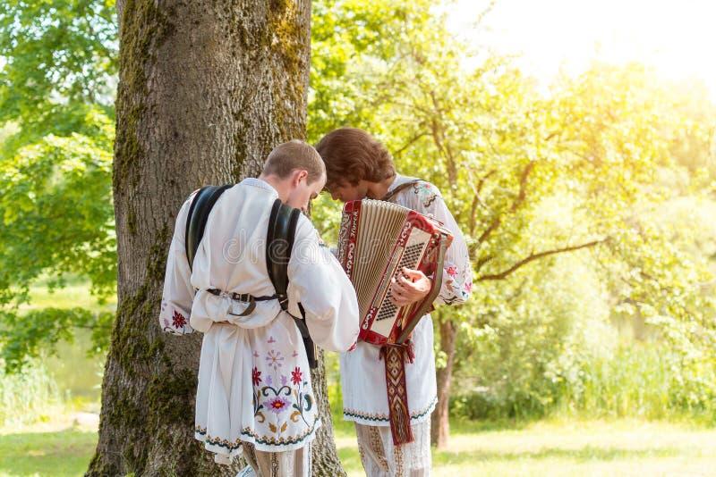 MINSK, WEISSRUSSLAND - 5. Juli 2015: Musiker in den nationalen Klagen spielt Musik und feiert traditionellen Slavicfeiertag von W stockfoto