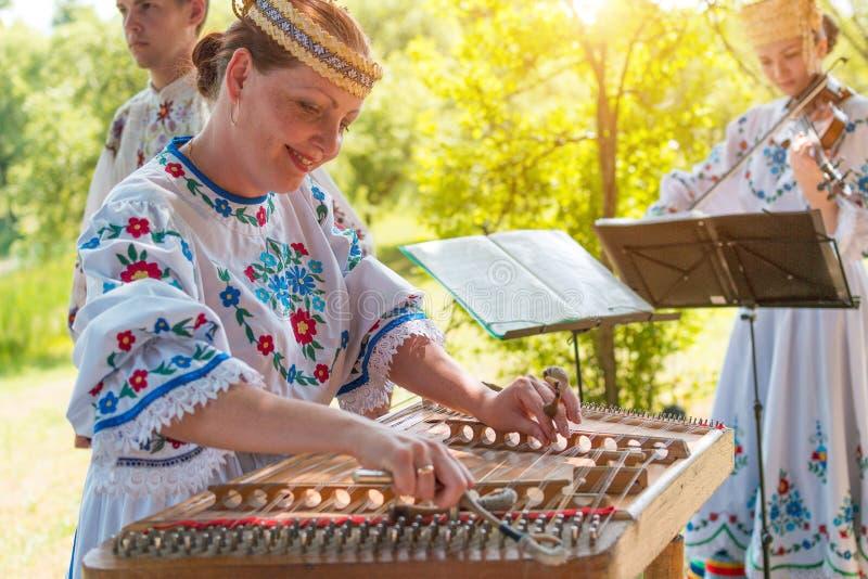 MINSK, WEISSRUSSLAND - 5. Juli 2015: Musiker in den nationalen Klagen spielt Musik und feiert traditionellen Slavicfeiertag von W lizenzfreie stockfotos