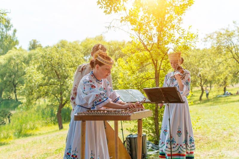 MINSK, WEISSRUSSLAND - 5. Juli 2015: Musiker in den nationalen Klagen spielt Musik und feiert traditionellen Slavicfeiertag von W stockbilder