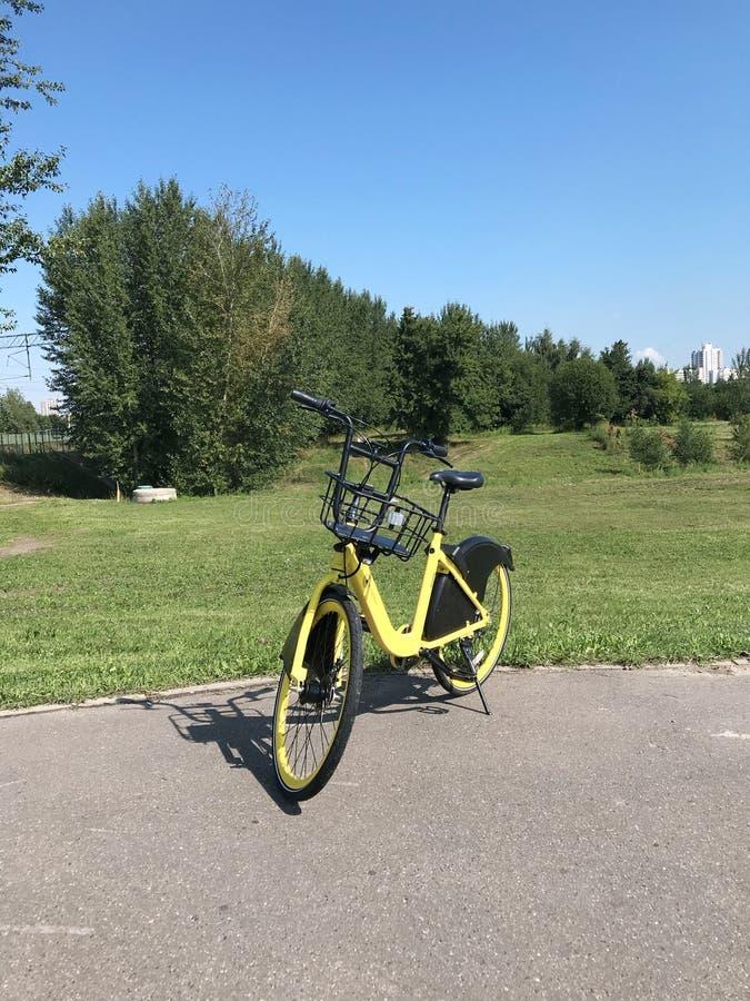 MINSK, MINSK, WEISSRUSSLAND AM 21. JULI 2019, Standrad-Teilen Fahrradmiete ist auf einer Stadtstraße stockfotografie