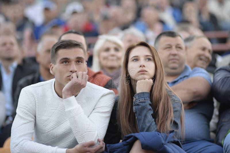 MINSK, WEISSRUSSLAND - 23. MAI 2018: Fans - Mann- und Frauenblickspiel während des belarussischen Fußballspiels der ersten Liga z lizenzfreies stockbild