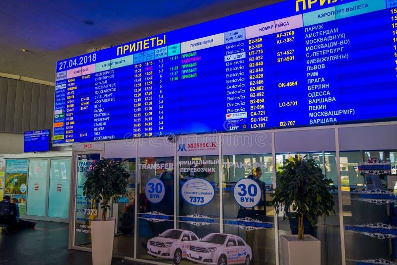 MINSK, WEISSRUSSLAND - 1. MAI 2018: Innenansicht des enormen Abfahrtschirmes mit Ankünften und Zeitplan innerhalb stockfotografie