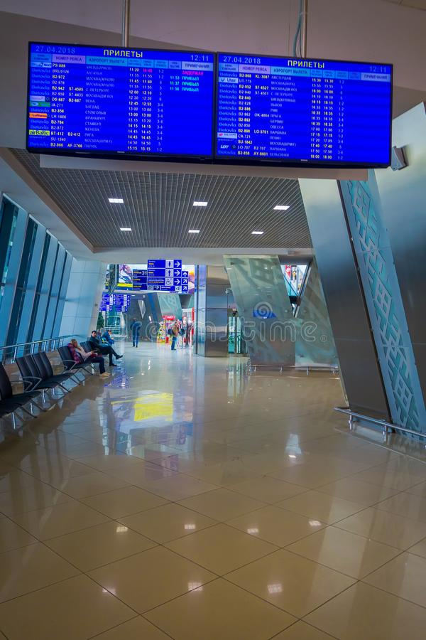 MINSK, WEISSRUSSLAND - 1. MAI 2018: Innenansicht des enormen Abfahrtschirmes mit Ankünften und Zeitplan innerhalb lizenzfreie stockbilder