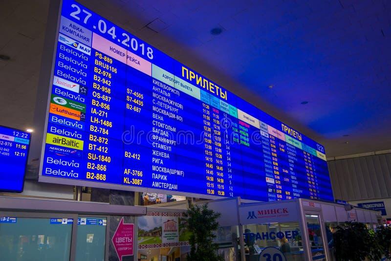 MINSK, WEISSRUSSLAND - 1. MAI 2018: Innenansicht des enormen Abfahrtschirmes mit Ankünften und Zeitplan innerhalb stockfoto