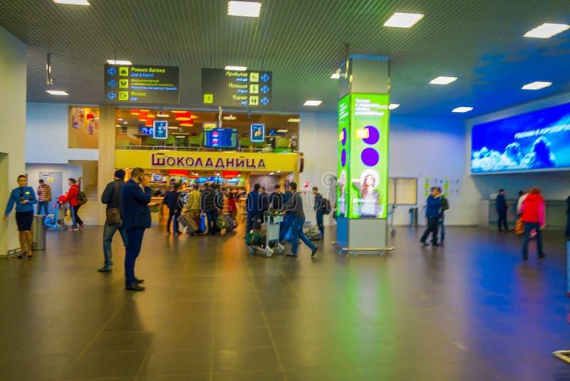 MINSK, WEISSRUSSLAND - 1. MAI 2018: Innenansicht von den nicht identifizierten Touristen, die mit ihrem Gepäck nah an Abfertigung lizenzfreie stockfotos
