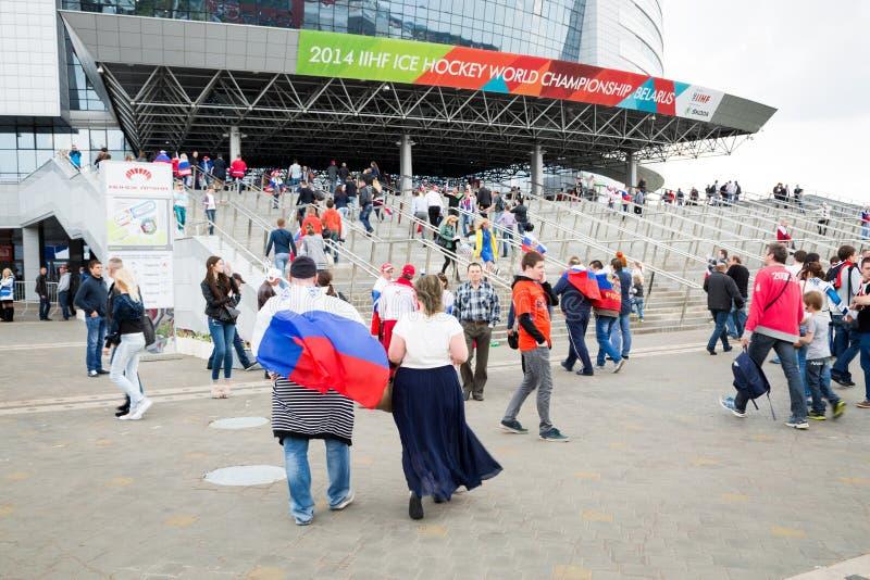 MINSK, WEISSRUSSLAND - 9. Mai - russische Fans vor Minsk-Arena am 9. Mai 2014 in Weißrussland Eis-Hockey-Meisterschafts-Öffnung lizenzfreie stockfotos