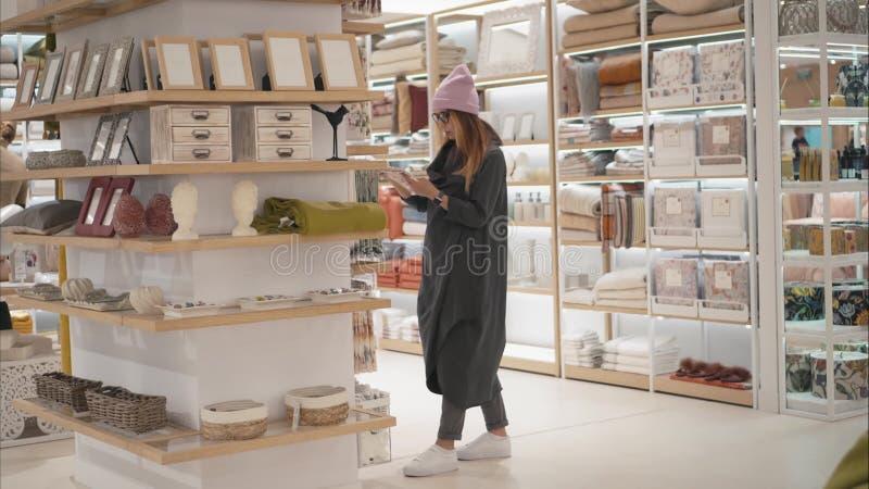 MINSK, WEISSRUSSLAND - 10. OKTOBER 2017 Innerhalb Einzelhandelsgeschäftes Zara Homes in Minsk Eine junge Hippie-Frau wählt Haupt- stockbild