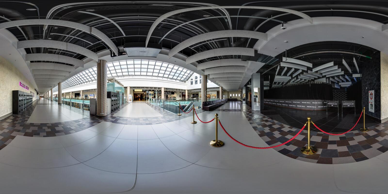 MINSK, WEISSRUSSLAND - OKTOBER 2016: volles nahtloses Panorama 360 Grad Winkelsicht in der Halle der modernen mehrstöckigen Gesch stockbild