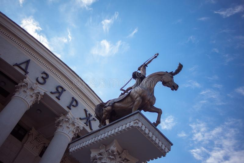 MINSK, WEISSRUSSLAND - 9. SEPTEMBER 2013: Bildhauerische Gruppe nahe dem Zirkus in Minsk lizenzfreie stockfotografie