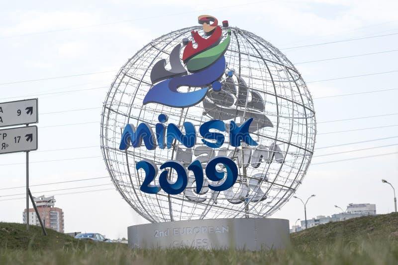 Minsk Wit-Rusland - 21 April, 2019: cantharel-mascotte van de 2de Europese Spelen op de straat van Minsk royalty-vrije stock foto
