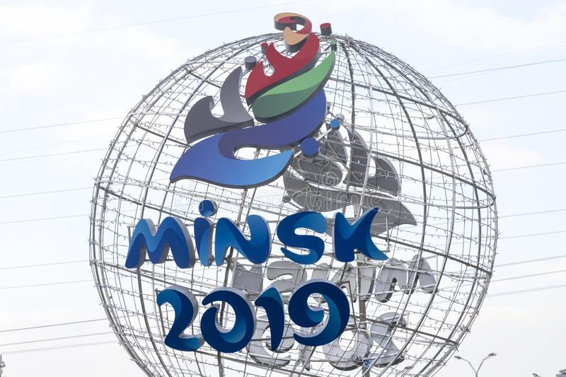 Minsk Wit-Rusland - 21 April, 2019: cantharel-mascotte van de 2de Europese Spelen op de straat van Minsk stock foto