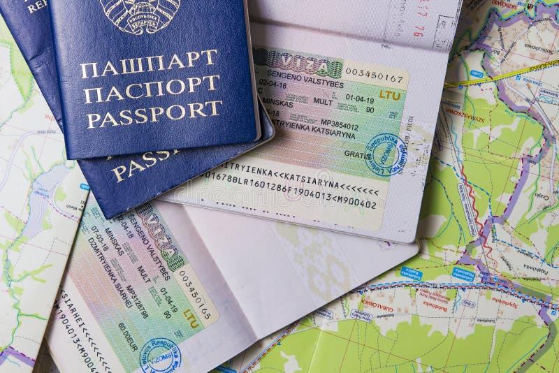 Minsk, Wit-Rusland - April 14, 2018: Paspoorten met Schengenvisum op kaart Het concept van reiseuropa stock fotografie