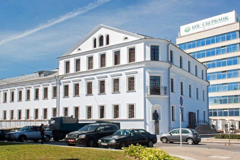 MINSK, WIT-RUSLAND - AUGUSTUS 01, 2013: De bouw van de vroegere mensen` s theologische school de tweede helft van de XVIII eeuw stock fotografie