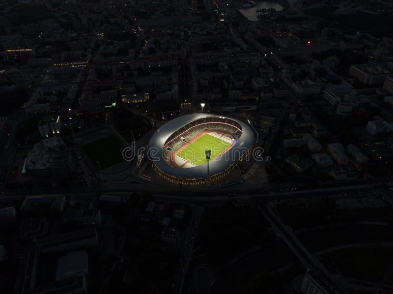 Minsk, Wit-Rusland, 14 Augustus 2018 - het Nationale Olympische Stadion Dinamo bij het luchtschot van de nachthommel is een multi stock foto