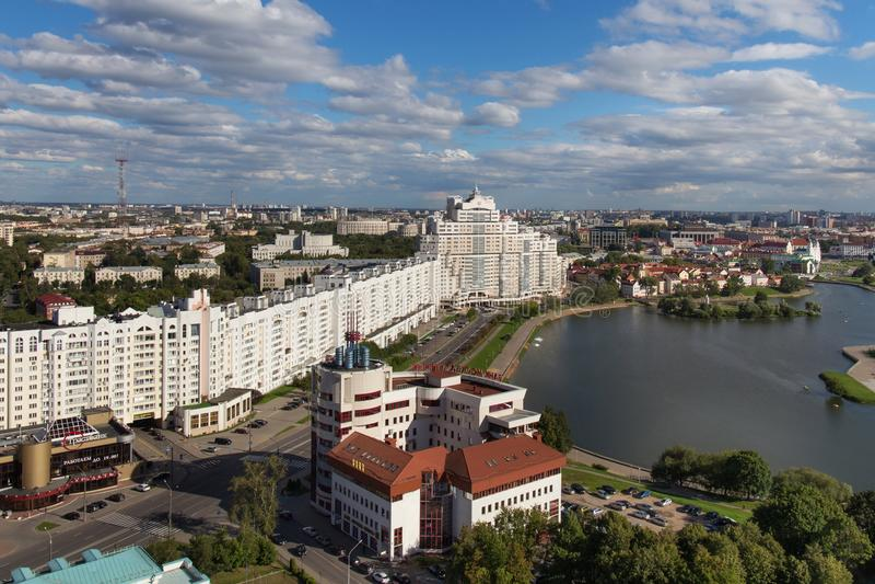 MINSK, WIT-RUSLAND - AUGUSTUS 15, 2016: Luchtmening van het zuidendeel van het Minsk stock afbeelding