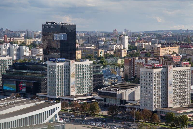MINSK, WIT-RUSLAND - AUGUSTUS 15, 2016: Luchtmening van het zuidwestelijke deel van het Minsk met oude en nieuwe hoge gebouwen stock foto's