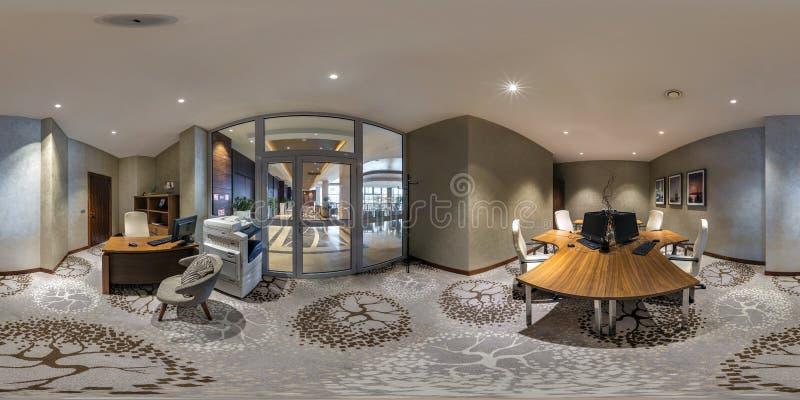 MINSK, WIT-RUSLAND - AUGUSTUS, 2017: volledig naadloos sferisch Panorama 360 graden in binnenlandse computerzaal voor zakenlieden stock afbeeldingen