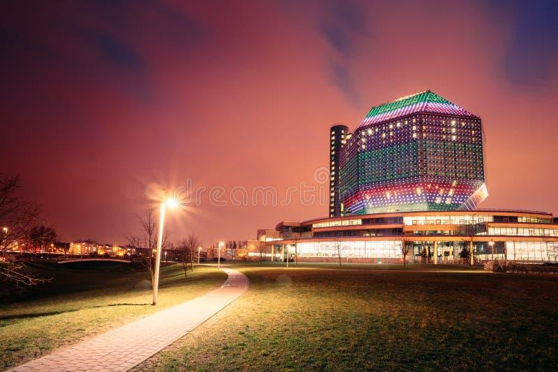 Minsk, Wit-Rusland De nationale Bibliotheekbouw in de Verlichting van de Avondnacht op Blauwe Hemelachtergrond royalty-vrije stock afbeeldingen