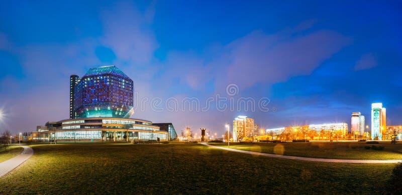 Minsk, Wit-Rusland De nationale Bibliotheekbouw in de Verlichting van de Avondnacht stock foto's