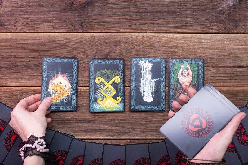 Minsk, Wit-Rusland, DeceFortune-vertelkaarten, runic cards voor fortuin die op een houten tafel staan Toebehoren voor huilen Weer stock afbeeldingen