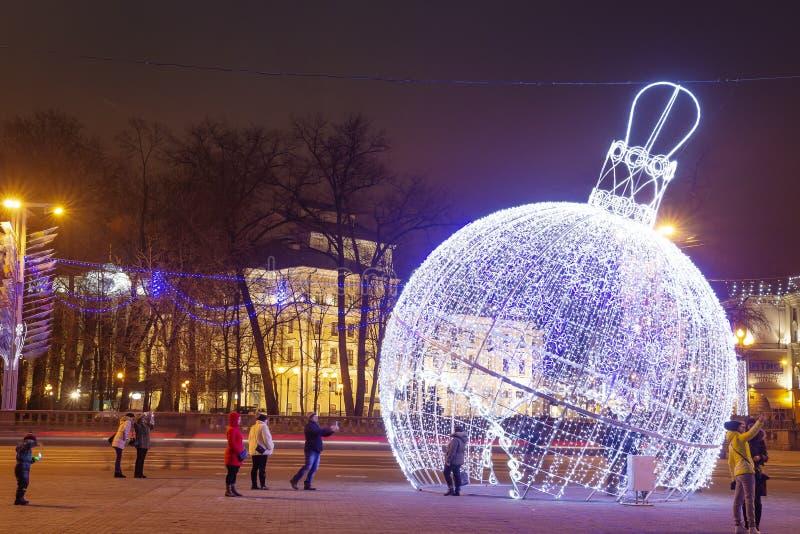 Minsk, Wit-Rusland - januari 9, 2018: Nacht Minsk in Kerstmis en Nieuwjaartijd Feestelijke decoratieve slinger royalty-vrije stock fotografie