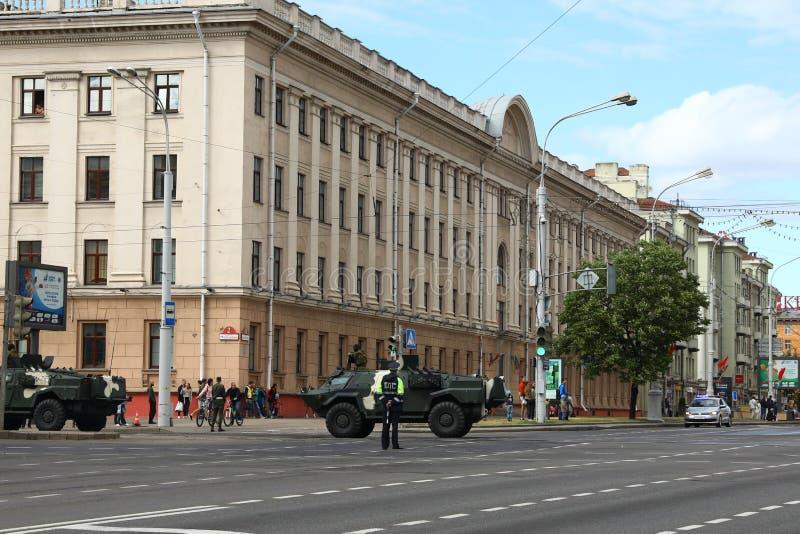 Minsk, Wit-Rusland - Juli 3, 2019: militaire voertuigen op zijn manier aan de parade van de Onafhankelijkheidsdag van Wit-Rusland royalty-vrije stock afbeelding