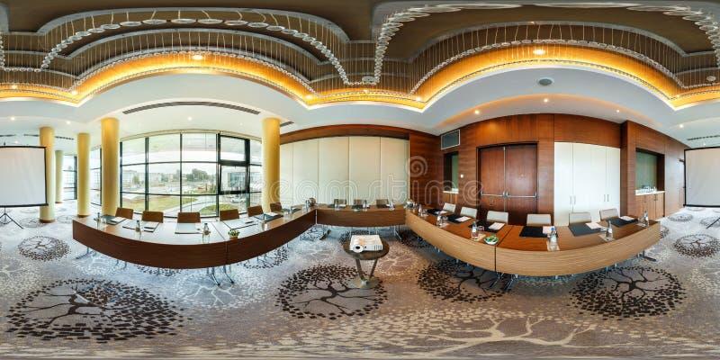 MINSK, WIT-RUSLAND - JULI 27, 2017: 360 panoramamening in binnenland van moderne lege conferentiezaal voor commerciële vergaderin stock afbeelding