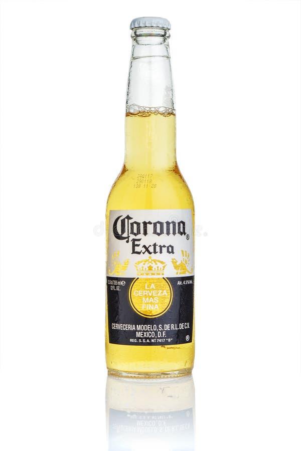 MINSK, WIT-RUSLAND - JULI 10, 2017: Redactiediefoto van fles Corona Extra-bier op wit, één wordt geïsoleerd van de hoogste-verkoo royalty-vrije stock foto