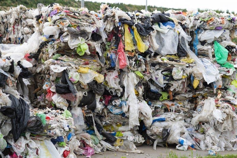 Minsk, Wit-Rusland - Juni 6, de stapel van 2019 A van gedrukt polyethyleen bij een garbagecollectioninstallatie Het sorteren en v stock afbeeldingen