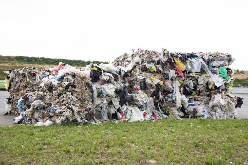Minsk, Wit-Rusland - Juni 6, de stapel van 2019 A van gedrukt polyethyleen bij een garbagecollectioninstallatie Het sorteren en v royalty-vrije stock foto