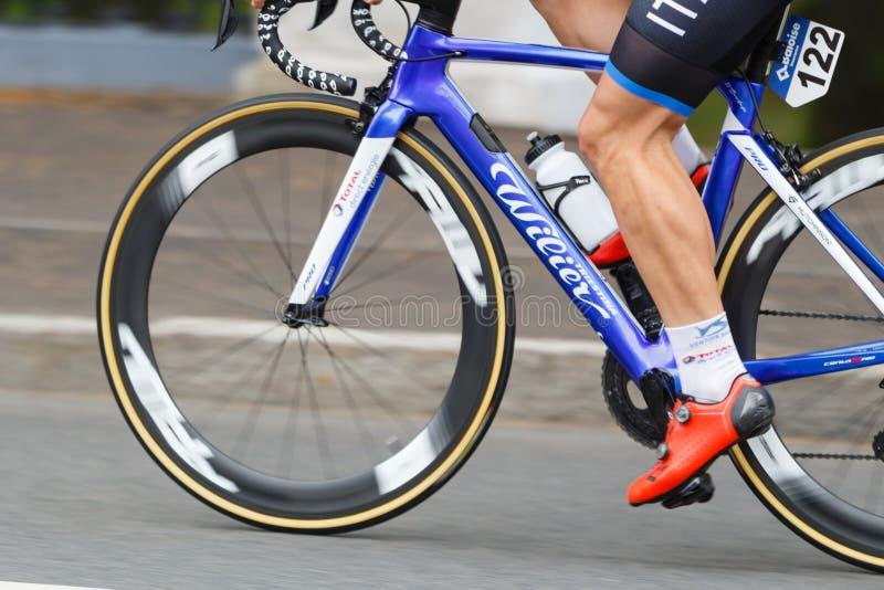 MINSK, WIT-RUSLAND - 22 Juni 2019: het ras van de de cyclusweg van 2de Europese Spelenvrouwen Weergeven op spinnewielen en voet o royalty-vrije stock fotografie