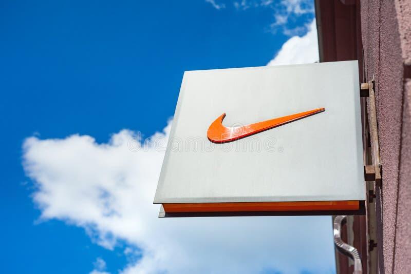 Minsk, Wit-Rusland, 16 juni, 2017: Nike-embleem op een voorgevel van een opslag stock afbeeldingen