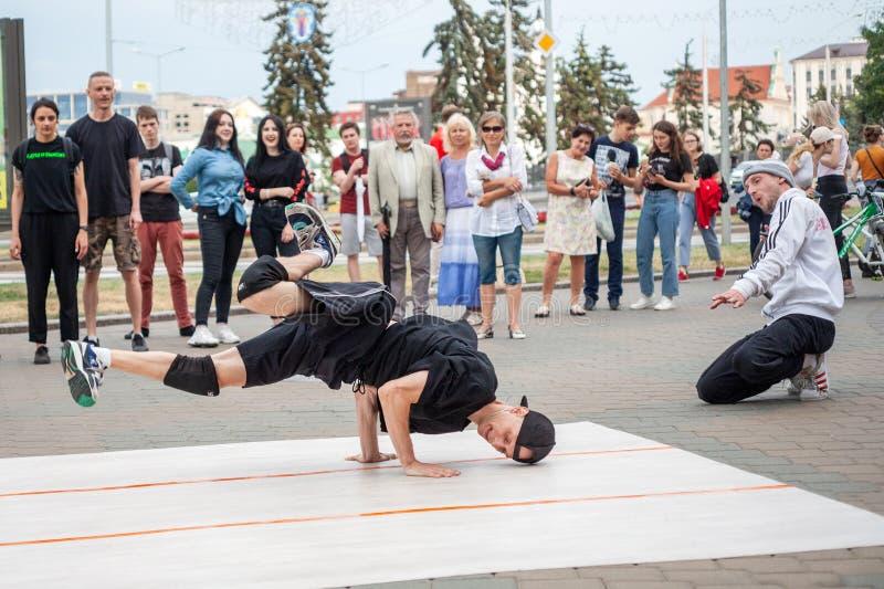 Minsk, Wit-Rusland, 21 Juni, 2019: Onderbrekingsdanser die op de straat dansen stock foto's