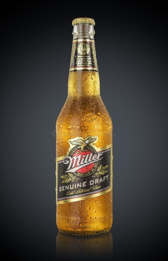 MINSK, WIT-RUSLAND - JUNI 29, 2017: Redactiediefoto van Miller Genuine Draft Beer op zwarte wordt geïsoleerd De molenaar is origi stock afbeeldingen