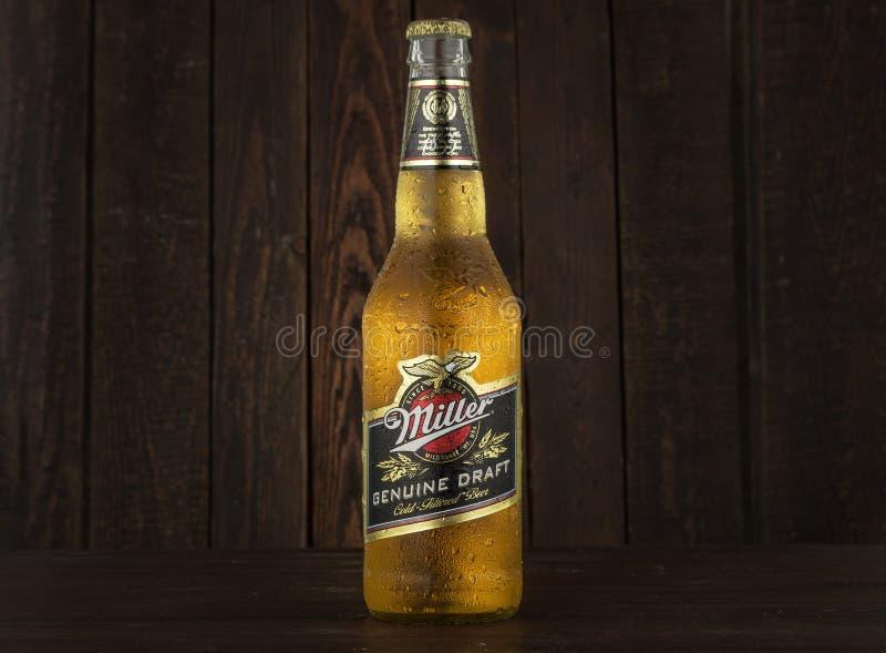 MINSK, WIT-RUSLAND - JUNI 29, 2017: Redactiefoto van Miller Genuine Draft Beer op donkere houten achtergrond De molenaar is stock afbeelding