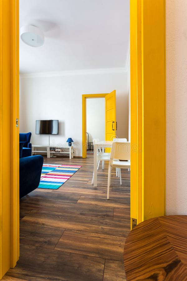 MINSK, WIT-RUSLAND - Maart, 2019: retro helder binnenland van hipster vlakke flats met gele deur stock foto