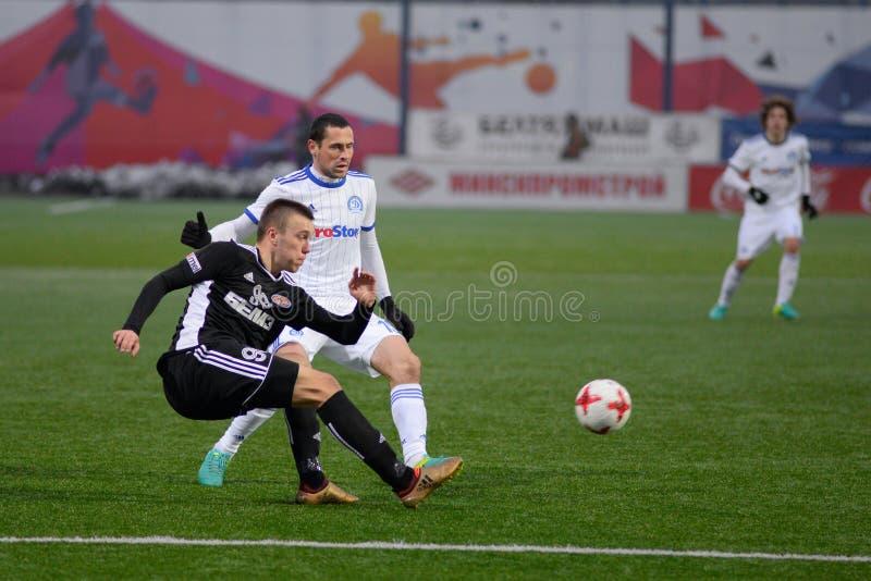 MINSK, WIT-RUSLAND - MAART 31, 2018: Voetballersstrijden voor bal tijdens de Witrussische Eerste Ligavoetbalwedstrijd stock foto