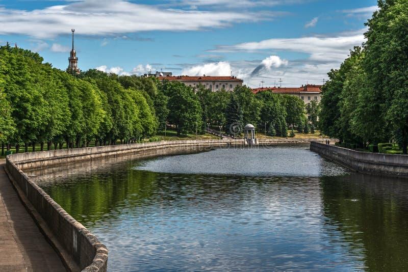Minsk, Wit-Rusland, mening van Svislach-rivier en stadspark royalty-vrije stock foto's