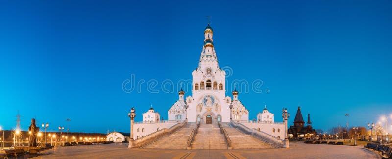 Minsk, Wit-Rusland Nachtmening van Al Heiligenkerk Het Gedenkteken van Minsk stock afbeeldingen