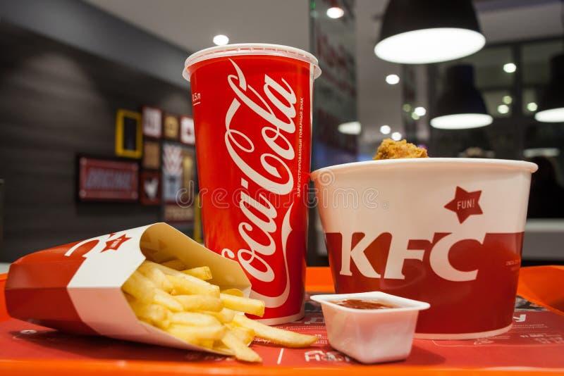 Minsk, Wit-Rusland - oktober 30, 2017: Lunch van kippenmanden, frieten, coca-cola en saus een KFC-restaurant stock fotografie
